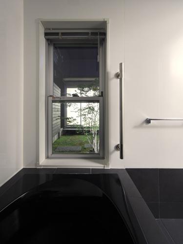 215浴室から中庭を見る - コピー